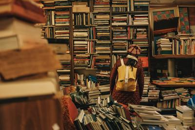 Eine Frau steht vor einem Bücherregal voller Bücher