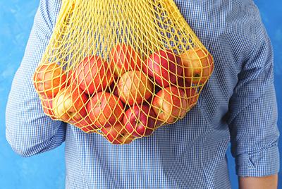 Obst in einem Stoffbeutel