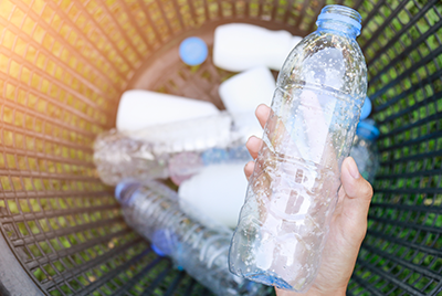 bouteilles en plastiques mises à la poubelle