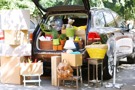 Se débarrasser des affaires inutiles et les mettre dans la voiture.